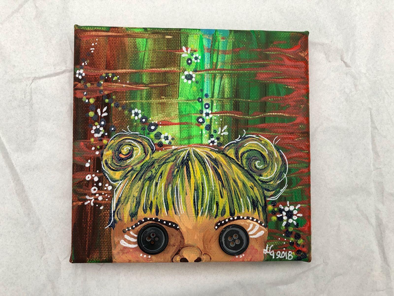 Konstnären Linda Gartman har skapat en canvas tavla med knappar i mestadels gröna toner. Ett flickmotiv med blommor i bakgrunden.